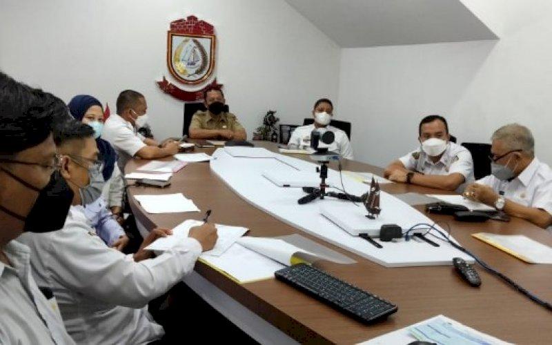 SOSIALISASI. Sekda Kota Makassar, Muh Ansar, mengikuti sosialisasi virtual terkait aplikasi MCP yang digagas KPK RI secara virtual di War Room Kantor Balai Kota Makassar, Rabu (28/4/2021). foto: humas pemkot makassar