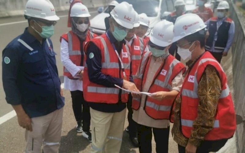 KKUNJUNGAN KERJA. Stafsus Wapres RI, Bidang Infrastruktur dan Investasi, DR Sukriansyah S Latief SH MH (kedua kanan) saat melakukan kunjungan kerja ke Provinsi Sumatra Selatan, Kamis (29/4/2021). foto: istimewa