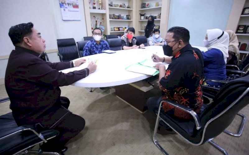 KUNJUNGAN. Sekda Provinsi Sulsel, Abdul Hayat Gani (kiri), menerima kunjungan dari Tim Kementerian Ketenagakerjaan RI, di Baruga Lounge, Kamis (29/4/2021). foto: humas pemprov sulsel