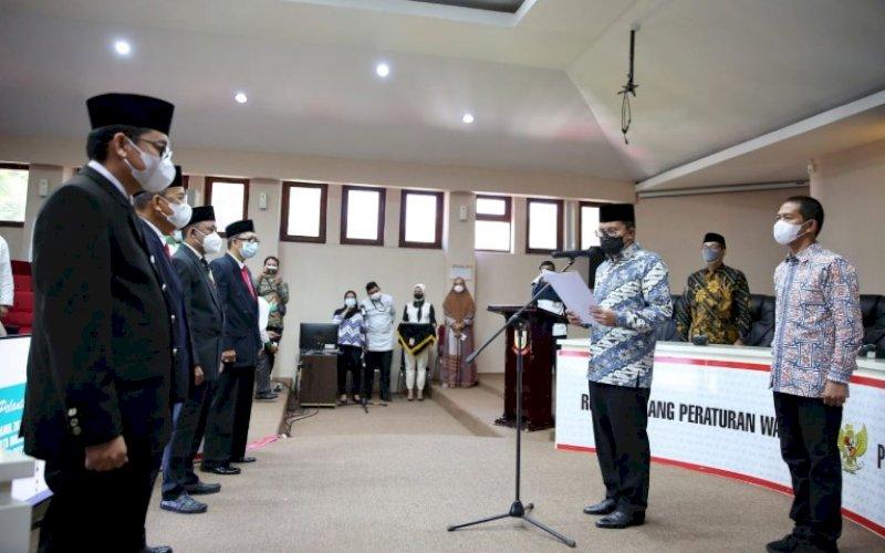 PELANTIKAN. Wali Kota Makassar, Moh Ramdhan Pomanto, melantik pimpinan Baznas Kota Makassar periode 2021-2026 di Ruang Sipakalebbi Kantor Balai Kota Makassar, Jumat (30/4/2021). foto: humas pemkot makassar