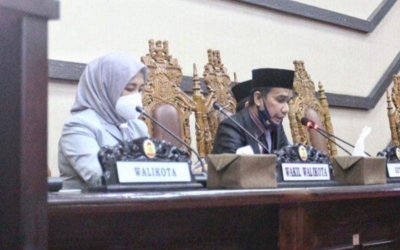 BAHAS LKPJ. Wakil Wali Kota Makassar Fatmawati Rusdi bersama Ketua DPRD Kota Makassar Rudianto Lallo saat menghadiri rapat paripurna ke-12 masa persidangan kedua tahun sidang 2020-2021 DPRD Kota Makassar, Jumat (30/4/2021). foto: humas pemkot makassar