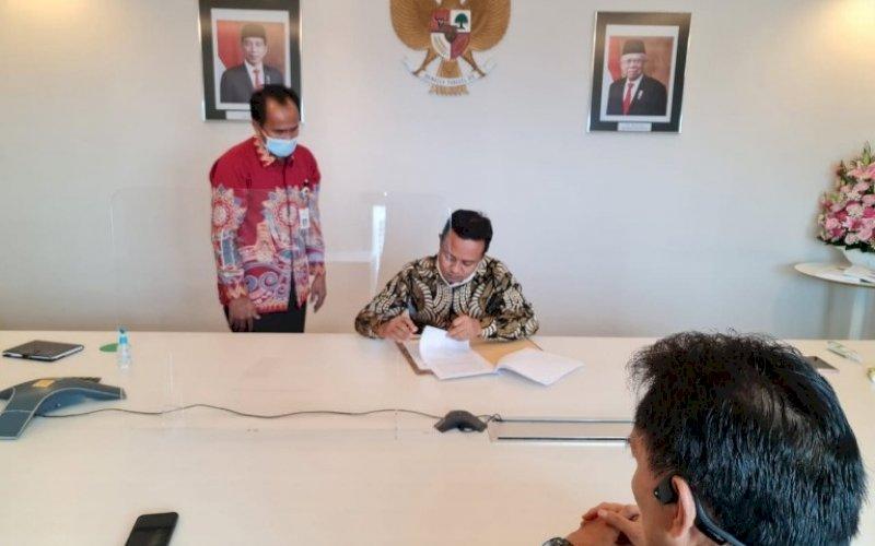 PENANDATANGANAN. Plt Gubernur Sulsel, Andi Sudirman Sulaiman, menandatangani berkas penyerahan Bandara Sorowako dari PT Vale Indonesia ke Pemprov Sulsel di Jakarta, Jumat (30/4/2021). foto: humas pemprov sulsel