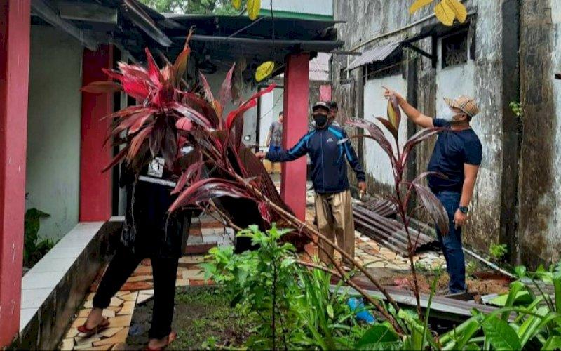 PENINJAUAN. Lurah Tallo, Andi Muhammad Adri (kanan), turun langsung memonitoring rumah warga yang rusak terkena angin puting beliung di Jl Sultan Abdullah 3, RT 02, RW 05, Kelurahan Tallo, Kota Makassar, Jumat (2/4/2021). foto: kelurahan tallo