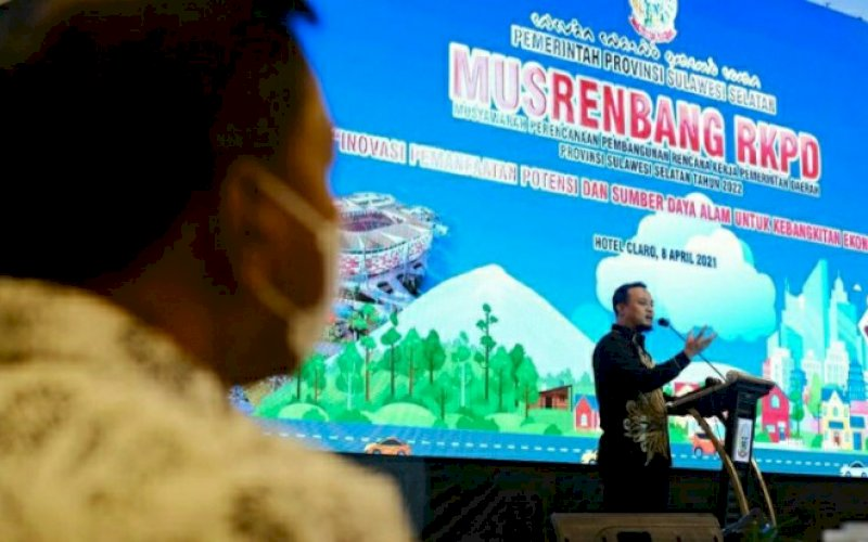 PEMBUKAAN. Plt Gubernur Sulsel, Andi Sudirman Sulaiman, membuka pelaksanaan musrenbang dalam rangka penyusunan RKPD Tahun 2022 di Hotel Claro Makassar, Kamis (8/4/2021). foto: humas pemprov sulsel