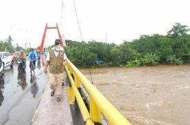 Tinjau Sungai Jeneberang, Plt Gubernur Sulsel Minta BPBD Siaga
