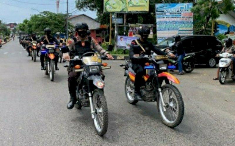 PATROLI. Kegiatan patroli bersama TNI/Polri dan Pemerintah Kabupaten Bone, Kamis (1/4/2021). foto: humas brimob bone