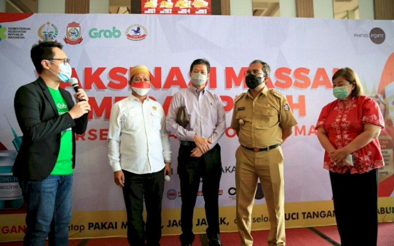 PENGHARGAAN. Wali Kota Makassar, Moh Ramdhan Pomanto (kedua kanan) saat mengadiri acara penyerahan piagam penghargaan serta piala dari Lembaga Prestasi Indonesia Dunia (Leprid) sebagai Inspirator Rekor Vaksinasi Covid-19 terbanyak di satu lokasi di Mal Phinisi Point (PIPO) Makassar, Selasa (6/4/2021). foto: humas pemkot makassar
