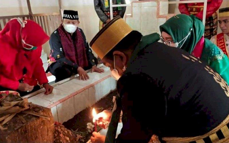 ZIARAH. Bupati Bone, Andi Fahsar Mahdin Padjalangi, bersama rombongan melakukan ziarah makam Raja Bone di Kelurahan Tallo, Kecamatan Tallo, Kota Makassar, Rabu (31/3/2021). foto: istimewa