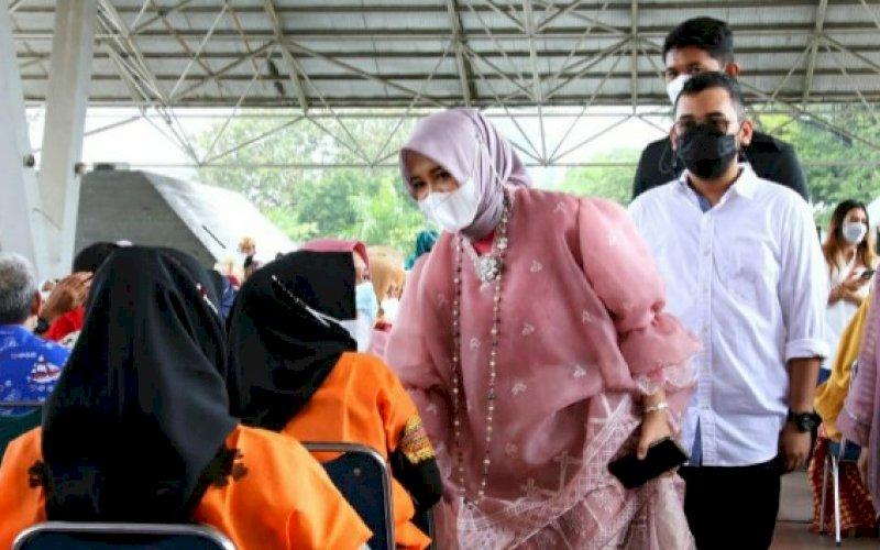 PENINJAUAN. Wakil Wali Kota Makassar, Fatmawati Rusdi, mengggunakan baju bodo yang datang meninjau langsung proses vaksinasi di Tribun Lapangan Karebosi, Kamis (1/4/2021). foto: humas pemkot makassar