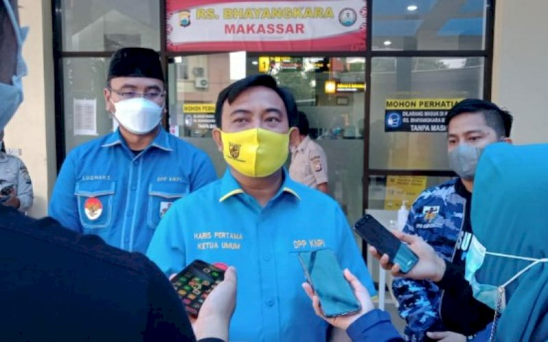 BERI KETERANGAN. Ketua Umum DPP KNPI, Haris Pertama, memberikan keterangan kepada media usai mengunjungi korban bom di Gereja Katedral Makassar di RS Bhayangkara Makassar, Jumat (2/4/2021). foto: knpi sulsel