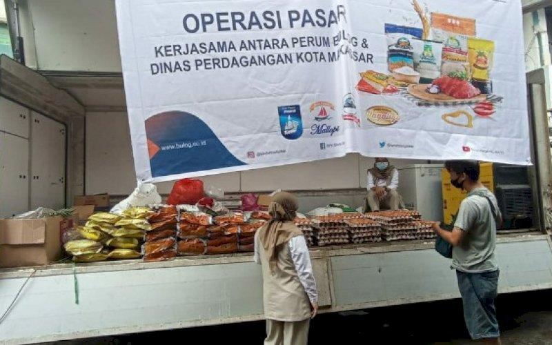 OPERASI PASAR. PD Pasar Kota Makassar melakukan operasi pasar di sepuluh titik pasar tradisonal jelang Bulan Suci Ramadan dan Idulfitri. foto: pd pasar makassar