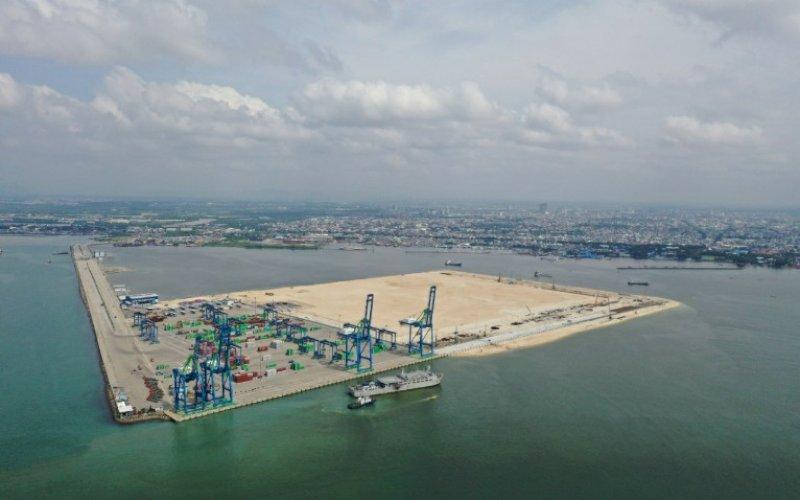 PETI KEMAS. Suasana aktivitas bongkar muat peti kemas di Makassar New Port (MNP). foto: humas pelindo IV