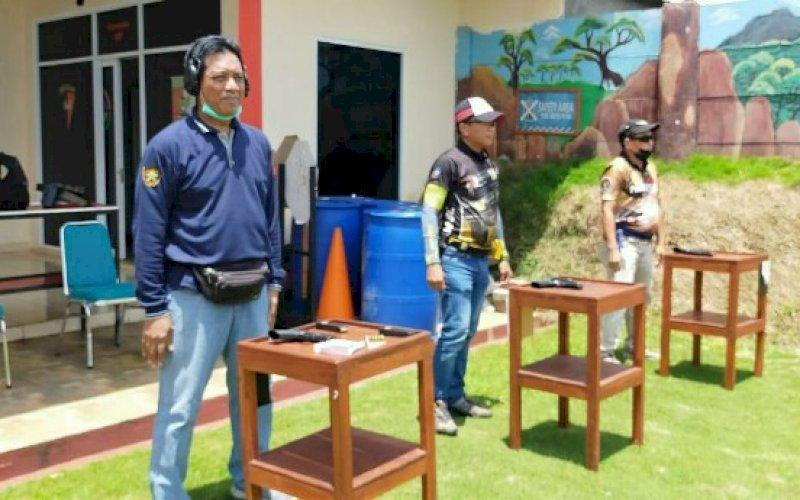 DIKSAR. Wakil Rektor I UIM, Prof Dr M Arfin Hamid SH MH (kiri), mengikuti Penataran dan Sertifikasi Tembak Reaksi (Diksar) Angkatan IX-X yang digelar Pengprov Perbakin Sulsel, 1-4 April 2021. foto: istimewa