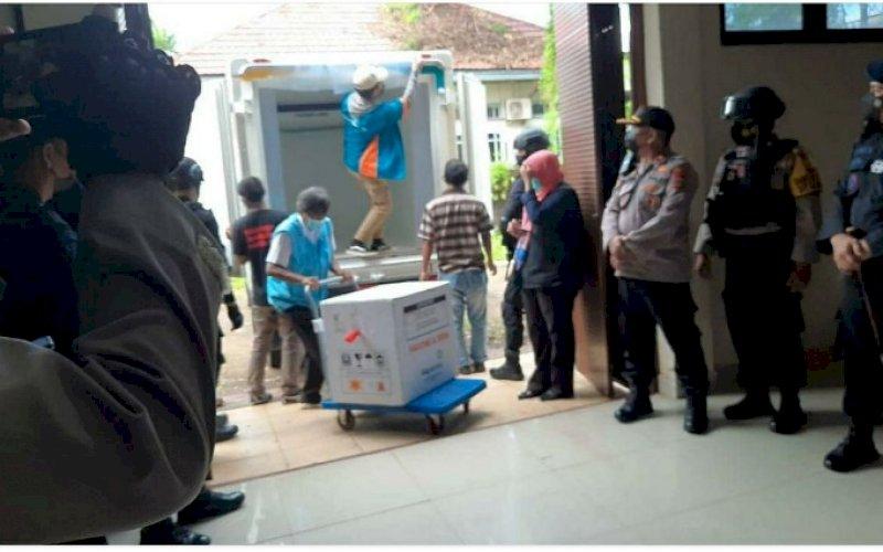 VAKSIN. Tambahan vaksin Covid-19 produksi Biofarma telah tiba di gudang Dinas Kesehatan Sulsel, Rabu (7/4/2021). foto: humas pemprov sulsel