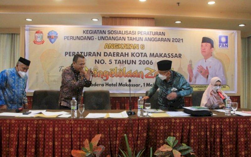 SOSIALISASI PERDA. Anggota DPRD Kota Makassar, Hasanuddin Leo, melakukan sosialisasi Perda Kota Makassar Nomor 5 Tahun 2006 tentang Pengelolaan Zakat di Hotel Almadera Makassar, Sabtu (1/5/2021). foto: istimewa