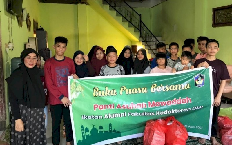 BERBAGI. Pengurus IKA FK UMI Makassar menggelar buka puasa bersama sekaligus menyerahkan bantuan di Panti Asuhan Mawaddah, Jl Muhammad Tahir, Kota Makassar, Sabtu (1/5/2021). foto: istimewa
