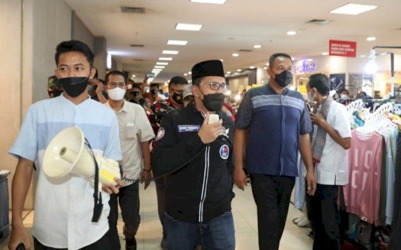 SIDAK. Wali Kota Makassar, Moh Ramdhan Pomanto, berkeliling menggunakan pengeras suara saat sidak di Mal Panakkukang Makassar, Minggu (2/5/2021). foto: humas pemkot makassar