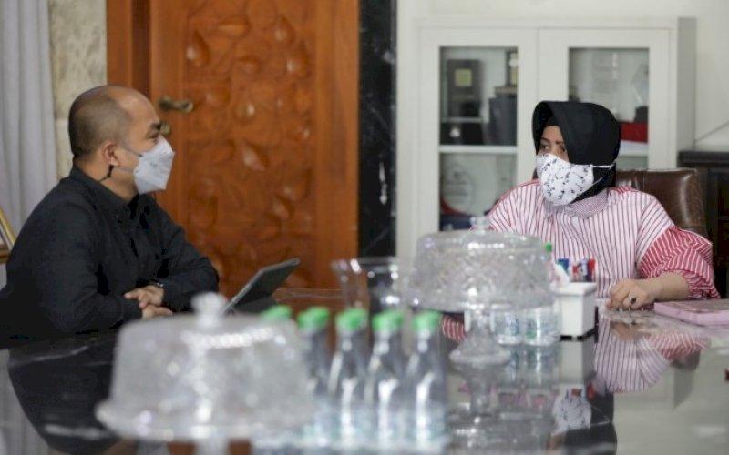 KUNJUNGAN. Ketua TP PKK Kota Makassar Indira Jusuf Ismail menerima kunjungan Plh Kepala Dinas Pariwisata Kota Makassar Muhammad Roem membicarakan persiapan CBFW ke-6 di kediaman Wali Kota Makassar, Minggu (2/5/2021). foto: humas pemkot makassar