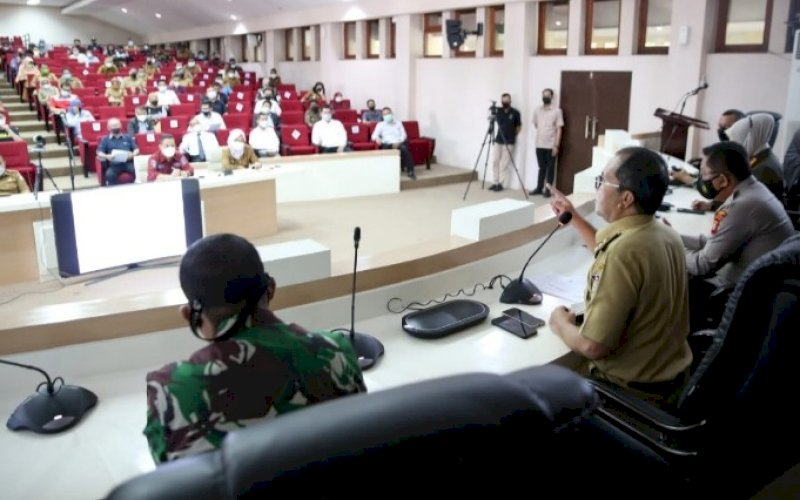 RAKOR. Wali Kota Makassar, Moh Ramdhan Pomanto, memimpin rakor bersama Relawan Makassar Recover dan Satgas Raika setra para pengusaha restoran, pengelola pusat perbelanjaan, dan perhotelan di Ruang Sipakatau lantai ll Kantor Balai Kota Makassar, Senin (3/4/2021). foto: humas pemkot makassar