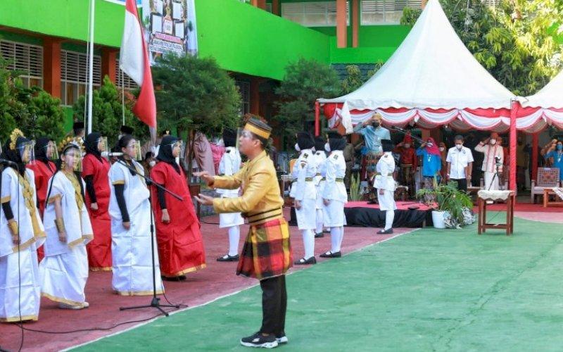 HARDIKNAS. Wali Kota Makassar, Moh Ramdhan Pomanto, memimpin upacara peringatan Hardiknas di SMPN 3 Makassar, Jl Baji Gau, Selasa (4/5/2021). foto: humas pemkot makassar