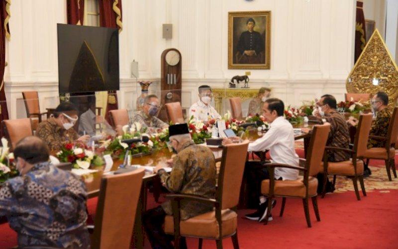 RAPAT TERBATAS. Rapat Terbatas yang dipimpin oleh Presiden RI Joko Widodo (Jokowi) membahas pengembangan budidaya sarang burung walet dan tanaman porang di Jakarta, Selasa (4/5/2021). foto: humas setkab