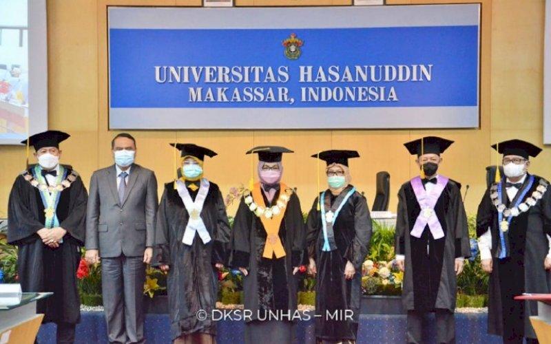 PENGUKUHAN. Suasana pengukuhan tiga profesor menjadi guru besar yang digelar dalam Rapat Paripurna Senat Akademik Unhas di Ruang Senat Akademik Unhas, Kampus Tamalanrea, Makassar, Selasa (4/5/2021). foto: istimewa