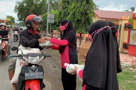 Bhayangkari Brimob Bone Bagi Takjil ke Pengguna Jalan
