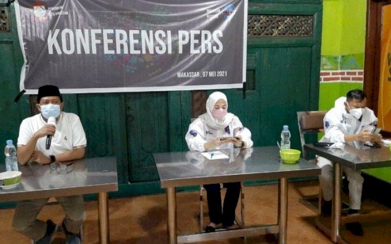 BERI KETERANGAN. Para Juru Bicara Makassar Recover, Maqbul Halim (ki-ka), Indira Mulyasari Paramastuti, dan Natsar 'Aloq' Desi saat memberikan keterangan resmi kepada media, Jumat (7/5/2021). foto: doelbeckz/pluz.id