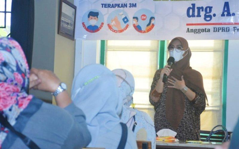 RESES. Anggota DPRD Sulsel, Andi Rachmatika Dewi, menggelar reses masa persidangan ketiga tahun anggaran 2020-2021 di Kelurahan Maricaya, Kecamatan Makassar, Kota Makassar, Sabtu (8/5/2021). foto: istimewa