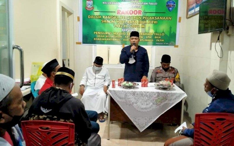 PIMPIN RAKOR. Lurah Tallo, Andi Muhammad Adri, memimpin rakor bersama seluruh perangkat kelurahan di Kantor Lurah Tallo, Jumat (7/5/2021) malam. foto: kelurahan tallo