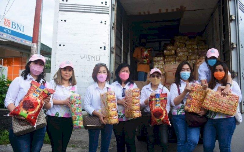 PEDULI. Pengurus Perwanti Sulsel akan menyalurkan bantuan 300 paket sembako ke masyarakat prasejahtera menjelang Lebaran Idulfitri 1442 Hijriah salah satunya di lokasi kebakaran Jl Tinumbu, Kota Makassar, Minggu (9/5/2021). foto: istimewa