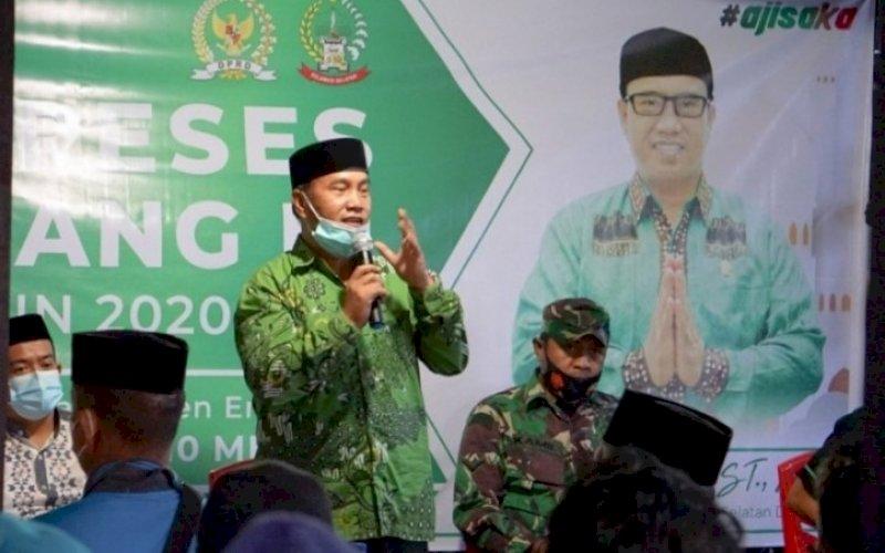 RESES. Anggota DPRD Provinsi Sulsel dari Fraksi PPP, Saharuddin, menutup reses masa sidang III tahun 2020-2021 di Dusun Daleh, Desa Pekalobean, Kecamatan Anggeraja, Kabupaten Enrekang, Senin (10/5/2021). foto: istimewa