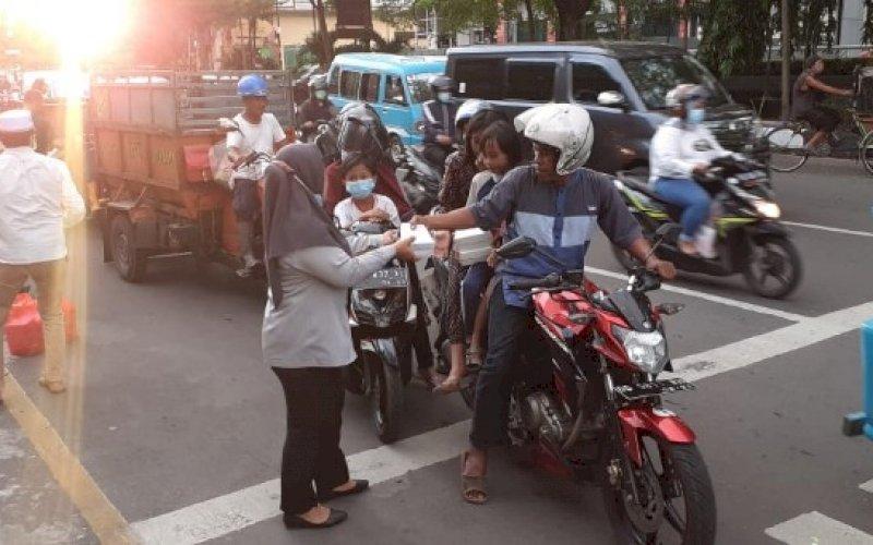 BERBAGI TAKJIL. Anggota FKHI Pemkot Makassar berbagi takjil Ramadan di depan Kantor Balai Kota Makassar, Jl Ahmad Yani, Kota Makassar, Senin (10/5/2021). foto: humas pemkot makassar