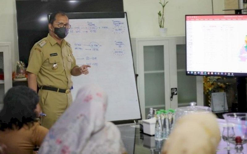 RAPAT. Wali Kota Makassar, Moh Ramdhan Pomanto, memimpin rapat membahas pendidikan di Makassar di kediaman pribadinya, Jl Amirullah, Kota Makassar, Selasa (11/5/2021). foto humas pemkot makassar