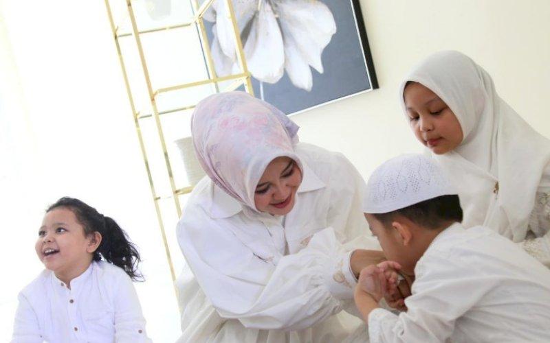 HALALBIHALAL. Wakil Wali Kota Makassar, Fatmawati Rusdi, halalbihalal terbatas bersama keluarga usai Salat Idulfitri di Rujab Wakil Wali Kota Makassar, Kamis (13/5/2021). foto: humas pemkot makassar