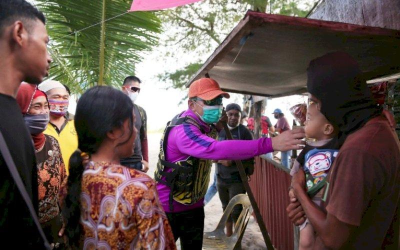 DANNY MENYAPA. Wali Kota Makassar, Moh Ramdhan Pomanto, menyapa seorang anak di Pulau Lanjukang, Sabtu (15/5/2021). foto: humas pemkot makassar