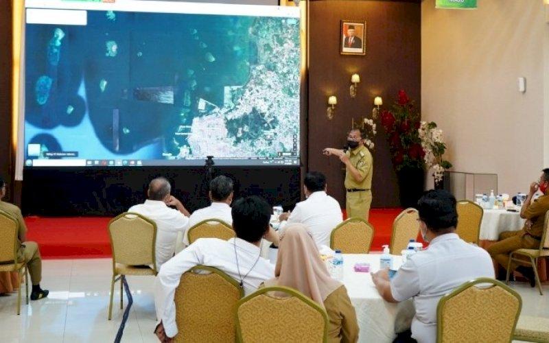 PENJELASAN. Wali Kota Makassar, Moh Ramdhan Pomanto, memberikan penjelasan saat menghadiri pembahasan lanjutan pendampingan proses pengadaan akses jalan Tol MNP di ruang rapat lantai 7 Kantor Pelindo IV, Selasa (18/5/202). foto: humas pelindo IV