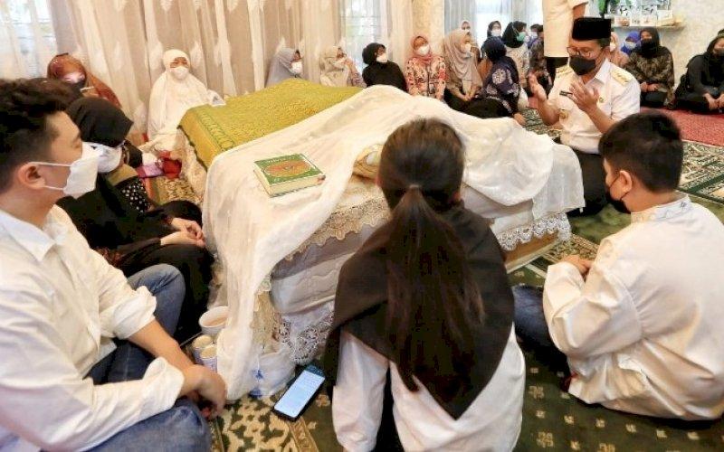 MELAYAT. Wali Kota Makassar, Moh Ramdhan Pomanto, berdoa saat melayat atas berpulangnya Irvan Wiraguna Roem di rumah duka Kompleks IDI, Kota Makassar, Rabu (19/5/2021). foto: humas pemkot makassar