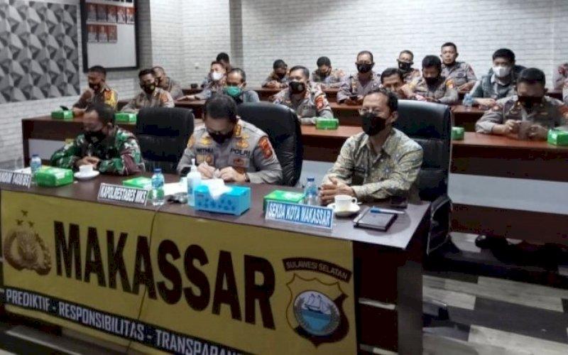 LAUNCHING. Sekda Kota Makassar, Muh Ansar (kanan), menghadiri Launching Pelayanan Call Center Polri 110 melalui video conference di Ruang Vicon Tunggal Panaluan Polrestabes Makassar, Kamis (20/5/2021). foto: humas pemkot makassar