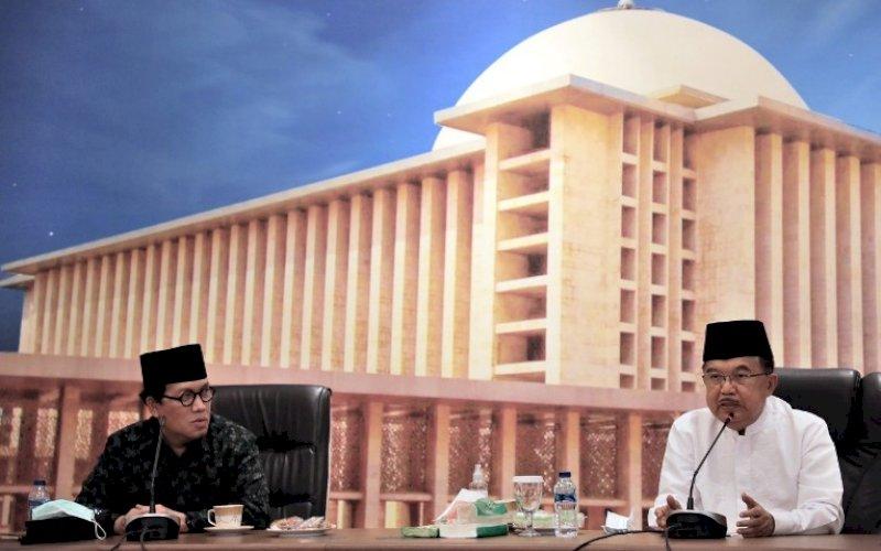 SERUAN. Ketua DMI, HM Jusuf Kalla (kanan), menyerukan agar 50 persen dana umat yang terkumpul melalui kotak amal masjid di Indonesia, selama sepekan sampai Salat Jumat pekan depan, disumbangkan untuk Masjid Al-Aqsa di Palestina saat halalbihalal dengan pengurus wilayah DMI se-Indonesia melalui daring di Kantor DMI, Jaksel, Jumat (21/5/2021). foto: humas dmi