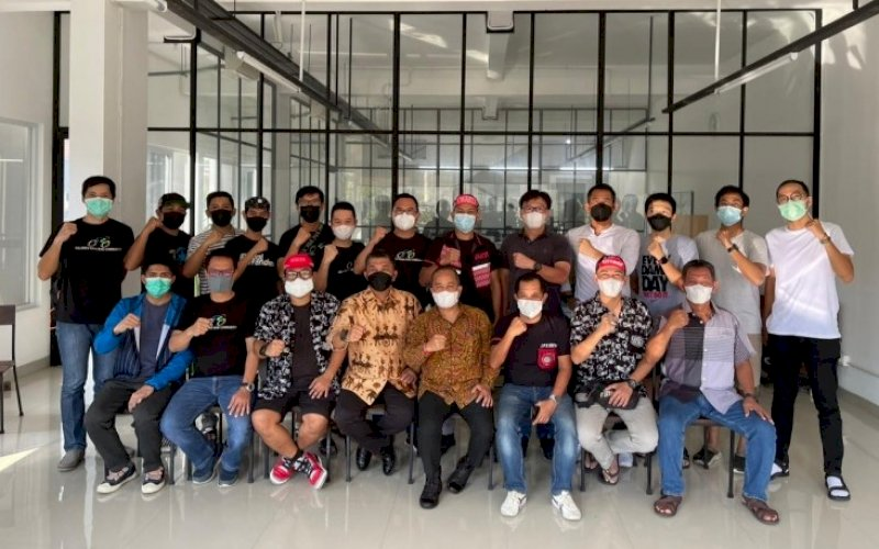 SILATURAHMI. Perwakilan lintas komunitas pegowes Makassar silaturahmi di Warkop Ko Heng Latimojong, Kota Makassar, Sabtu (22/5/2021). foto: humas mcc