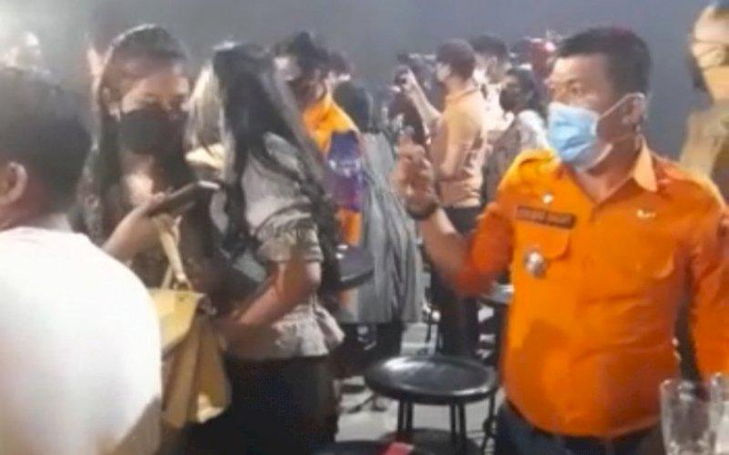 DIBUBARKAN. Tim Satgas Raika Makassar membubarkan pengunjung Holywings Club yang menggelar party hingga dini hari, Minggu (23/5/2021). foto: istimewa
