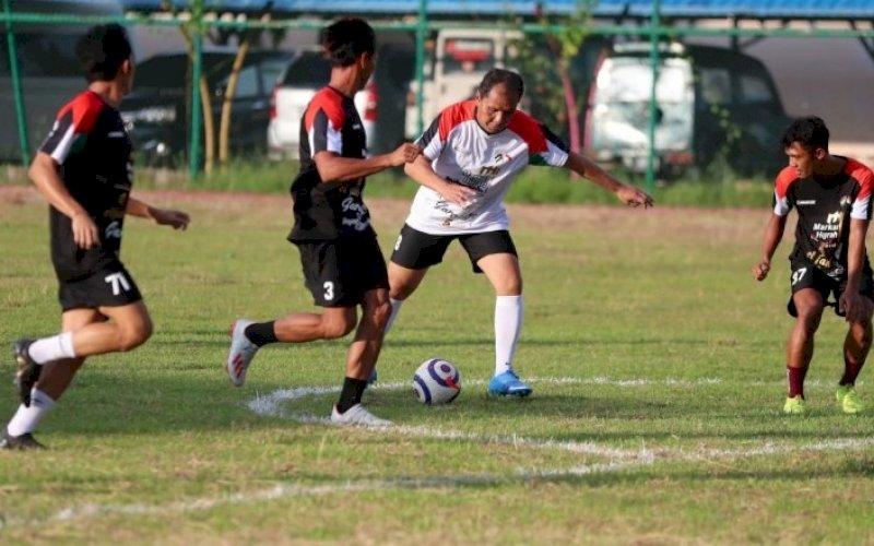 LAGA AMAL. Wali Kota Makassar, Moh Ramdhan Pomanto, ikut berpartisipasi dalam laga amal sepak bola untuk Palestina di Lapangan Politeknik Pelayaran Barombong, Makassar, Minggu (23/5/2021) sore. foto: humas pemkot makassar