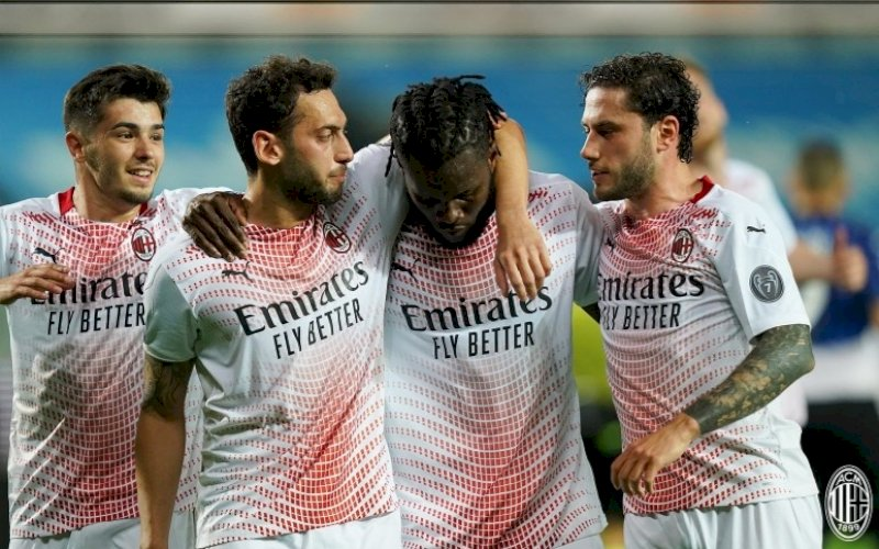 RAYAKAN GOL. Pemain AC Milan Franck Kessie bersama rekan-rekannya merayakan gol ke gawang Atalanta di pekan ke-38 Liga Italia, Senin (24/5/2021) dini hari. AC Milan menang 2-0 dan menjadi runner up Liga Italia. foto: twitter @acmilan