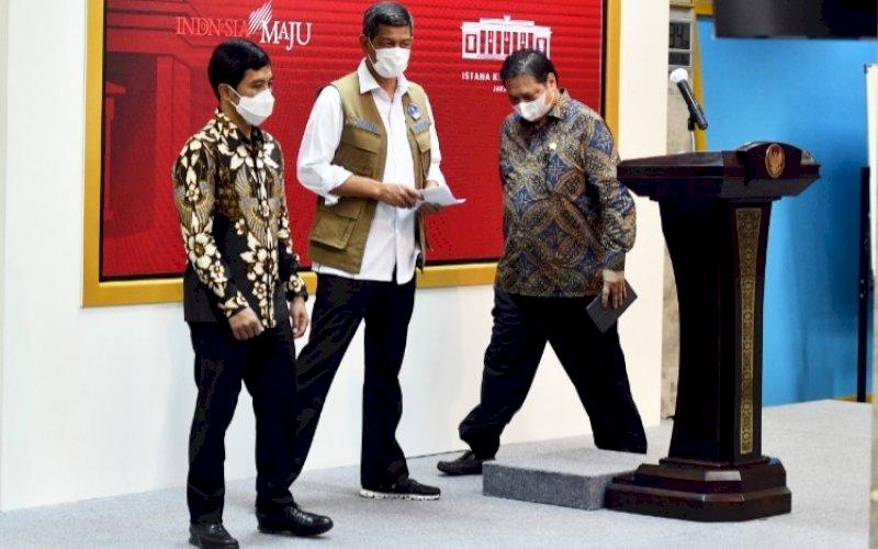 BERI KETERANGAN. Ketua KPCPEN Airlangga Hartarto, Ketua Satgas Penanganan Covid-19 Doni Monardo, dan Wamenkes Dante Saksono Harbuwono di sela-sela memberikan keterangan pers usai mengikuti Rapat Terbatas mengenai Penanganan Pandemi COVID-19 yang dipimpin Presiden RI Joko Widodo (Jokowi) di Jakarta, Senin (24/5/2021). foto: humas Setkab