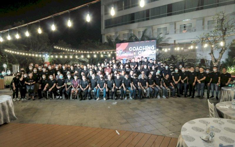 COACHING CLINIC. Ratusan cylist Makassar mengikuti Coaching Clinic & Barbeque Dinner yang rutin digelar Makassar Cycling Club (MCC) di Claro Makassar, Selasa (25/5/2021) malam. foto: humas mcc