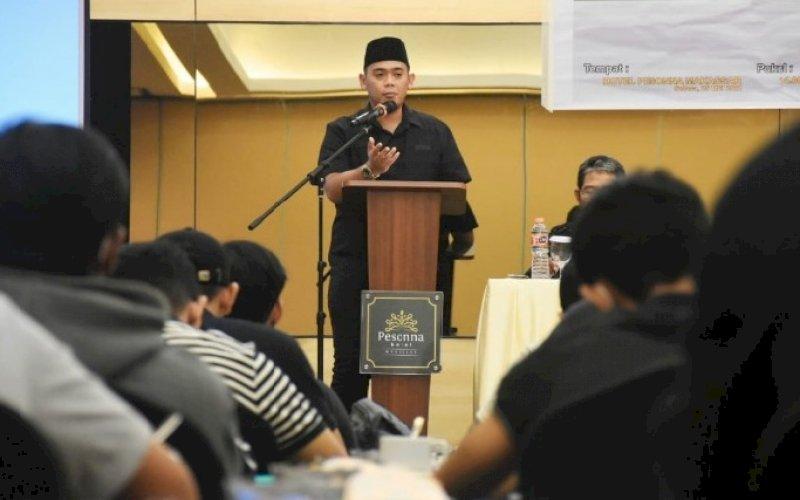 SOSIALISASI PERDA. Anggota DPRD Kota Makassar, Rachmat Taqwa Quraishy (RTQ), menggelar sosialisasi Peraturan Daerah (Perda) nomor 13 tahun 2011 tentang Retribusi Jasa Usaha di Hotel Pesonna Makassar, Selasa (25/5/2021). foto: istimewa