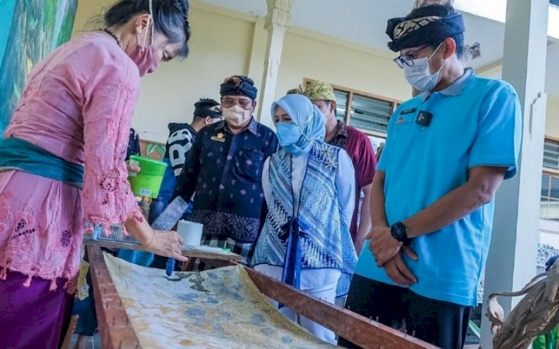 KUNJUNGAN. Menparekraf, Sandiaga Salahuddin Uno, melakukan kunjungan ke Desa Adat Mas di Kawasan Ubud, Kabupaten Gianyar, Bali, Rabu (26/5/2021). foto: humas kemenparekraf