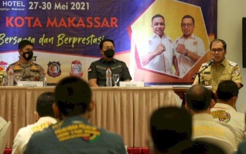 SAMBUTAN. Wali Kota Makassar Moh Ramdhan Pomanto memberikan sambutan pada pembukaan pelatihan menembak berskala nasional di Hotel La'riz Wthree Lagaligo Makassar, Kamis (27/5/2021). Hadir mendampingi Kapolda Sulsel Irjen Pol Merdisyam yang juga selaku Ketua Umum Pengprov Perbakin Sulsel (kiri). foto: humas pemkot makassar
