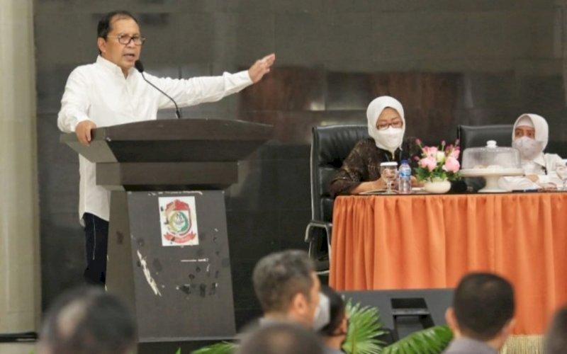 BERI ARAHAN. Wali Kota Makassar, Moh Ramdhan Pomanto, memberikan arahan saat bertemu perwakilan P2KKN Unhas Makassar yang berkomitmen menyukseskan Makassar Recover. foto: humas pemkot makassar